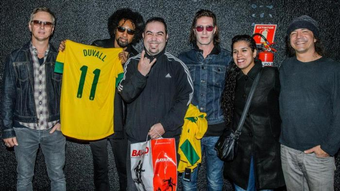 O momento em que entregamos as camisas, note que o Sean ficou com as especiais - Foto: Stephan Solon/Live Music Rocks
