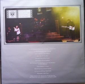 * O encarte do Vinil mostra uma foto de Dio, Iommi e Butler - e uma da banda