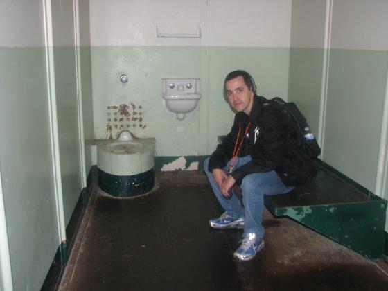 Em uma das celas da prisão mais famosa do globo