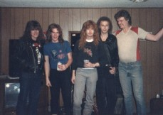 1983: Brad Schmidt (roommate de David Ellefson), David Ellefson, Dave Mustaine, Greg Handevidt (outro roommate de David Ellefson), Jeff Yonker (amigo de infância de David Ellefson).