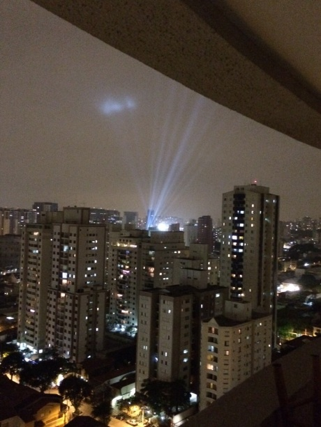Noite que antecedeu o show, com testes de iluminação do estádio (crédito: Caio)