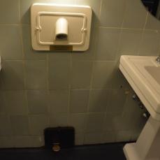 Banheiro masculino - detalhe para o acionador no pé