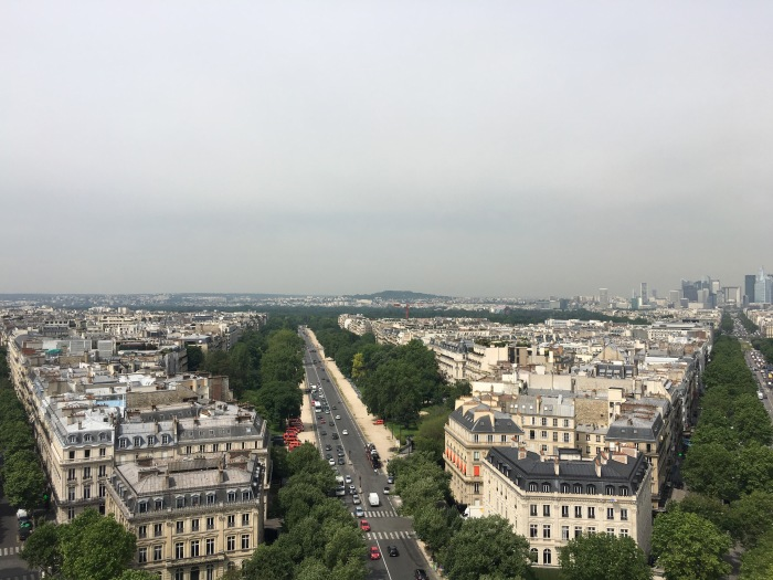 Local do show será atrás do verde que se vê ao fundo (foto de cima do Arc de Triomphe):