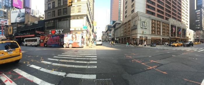 Lado esquerdo: fundos do teatro na 7th Ave. Lado direito: o hotel que fiquei