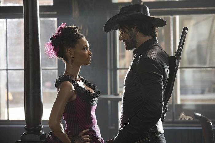 Rodrigo Santoro (dir) e Thandie Newton fazem parte do elenco de Westworld, nova série da HBO.