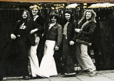 1977 - Iron Maiden com Tecladista_2 - Tony Moore, Willcok, Harris, Barry Graham e Terry Wapram_2.jpg