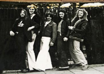 1977 - Iron Maiden com Tecladista_2 - Tony Moore, Willcok, Harris, Barry Graham e Terry Wapram_2.jpg